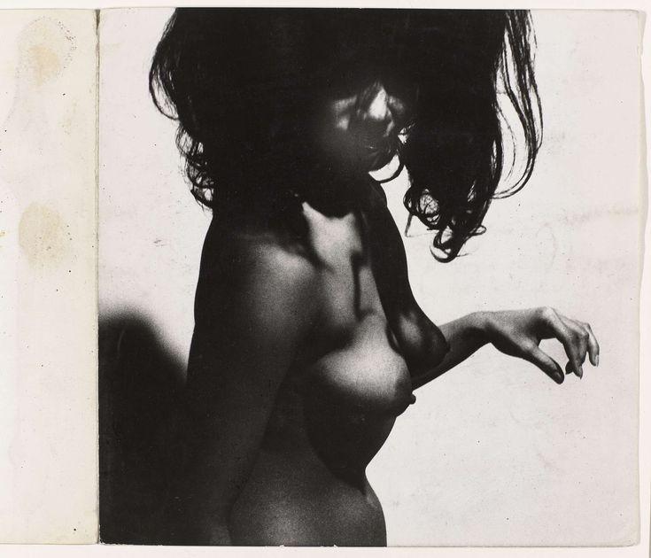 Het bovenlichaam van een vrouw met lang loshangend donker haar en een uitgestoken hand, Sanne Sannes, c. 1964 - 1967