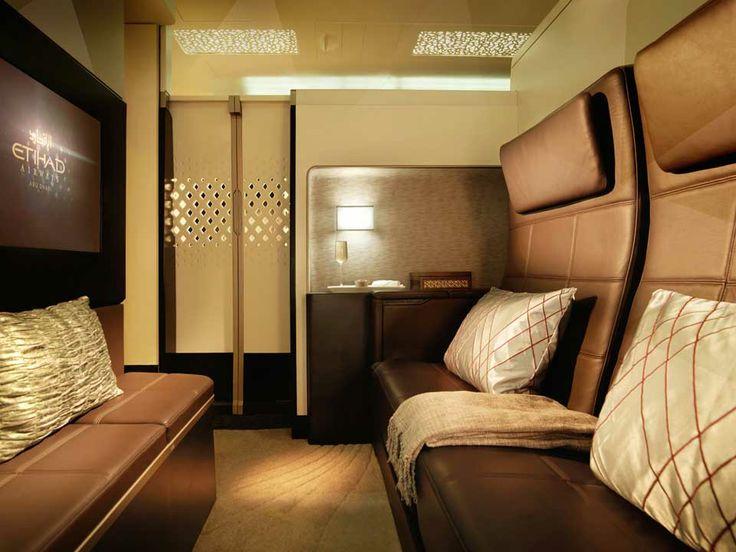 """#ETIHAD AIRWAYS #AIRBUS #A380: Der Wohnbereich der 3-Zimmer Suite «The Residence by Etihad™» ist mit einem Esstisch, einer Ottomane und einem 32"""" Bildschirm ausgestattet. Das zweiplätzige, 150 cm breite Ledersofa kann zu einem Liegesofa ausgeklappt werden."""