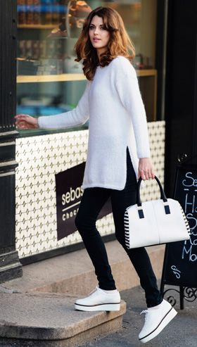 Gratis strikkeopskrifter: Den helt enkle sweater har iøjnefaldende høje slidser i siden, der foruden at øge bevægeligheden også virker slankende på figuren. Sweateren er superlækker i hvid, men vil også være flot i alle andre farver