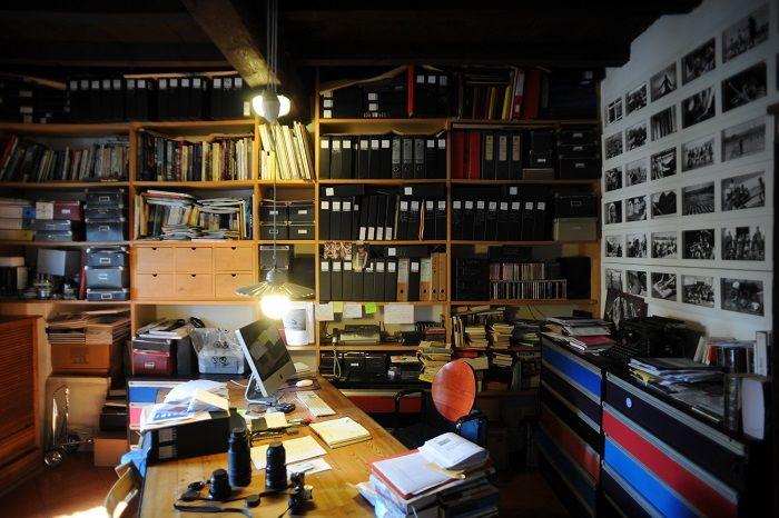 La biblioteca del fotografo Carlo Meazza. Dopo la laurea in sociologia ha lavorato come fotoreporter in un giornale in Svizzera fino al 1973. In seguito si è dedicato alla libera professione, approfondendo i temi a lui più congeniali come il reportage, il paesaggio, la vita quotidiana, la pallacanestro. Uno dei suoi ultimi libri è Luoghi di un'amicizia (Mimesis) in cui si racconta la storia di due poeti: Antonia Pozzi e Vittorio Sereni.