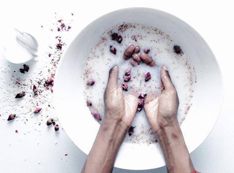 Απαλά, μετάξενια και λαμπερά μαλλιά με… Ρυζόνερο!  Θες να το φτιάξεις; Βράσε ρύζι Ο πιο εύκολος τρόπος είναι να μουλιάσεις λίγο λευκό ρύζι (μπορείς να χρησιμοποιήσεις οποιοδήποτε είδος, αλλά, κατά προτίμηση, βιολογικό) σε μια κούπα νερό για περίπου 30 λεπτά. Πριν το μουλιάσεις ξέπλυνε με λίγο τρεχούμενο νερό, όπως πάντα κάνουμε άλλωστε με το ρύζι. Ωστόσο, πολλοί πιστεύουν ότι με το βράσιμο το ρύζι αφήνει στο νερό περισσότερα από τα θρεπτικά συστατικά του. Οπότε, απλώς βράσε 2-3 κουταλιές…