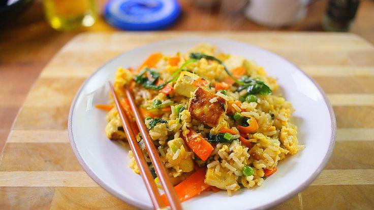 Ha megcsináljátok otthon ezt a tojásos pirított rizst, akkor tuti nem akartok majd leugrani a sarki kínaihoz kajálni, annyira tuti. Ha bővíteni akarjátok az igazán gyors vacsorák recepttárát, akkor ez egy jó választás lehet!  Tojásos pirított rizs  Hozzávalók 2 személynek:  18 dkg rizs 1…