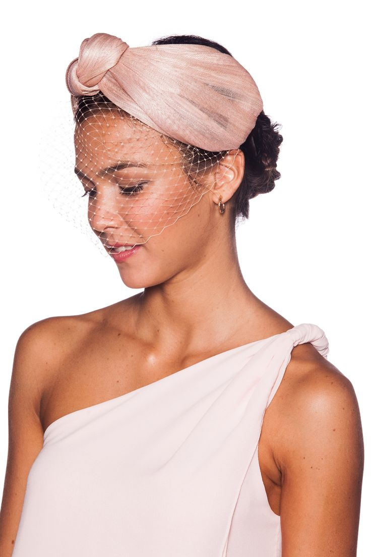Diadema con turbante realizado en sinamay de seda con lazo y velo a tono