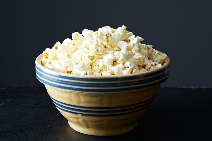 Cuando se te antoja un refrigerio salado, las palomitas de maíz caseras son la solución perfecta. Prepararlas es súper fácil, puedes sazonarlas a tu antojo y son más saludables y más baratas que las del cine o las que vienen para preparar en el microondas. En esta receta de palomitas de maíz para estufa, rocía un poco de agua sobre las palomitas de maíz en lugar de mantequilla derretida y espolvoréalas con sal. Seguirán estando deliciosas pero con mucha menos grasa. (Y por cierto, también…