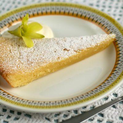 Citronkladdkaka 2 ägg 2,5 dl socker 150 g smör 1 tsk vaniljsocker 1 citron 1,5 dl vetemjöl pynt: florsocker vispgrädde  Vispa ihop ägg och socker. Tillsätt rivet skal och saft från citron. Rör ner vaniljsocker och smält smör. Vänd i vetemjöl. Häll smeten i smord form. Grädda mitt i ugnen i 150 grader i ungefär 35 minuter. Servera kakan kall, pyntad med siktad florsocker och tillsammans med lättvispad grädde.  http://www.pickipicki.se/2010/10/far-jag-lov-att-bjuda-pa-fredagskaka/