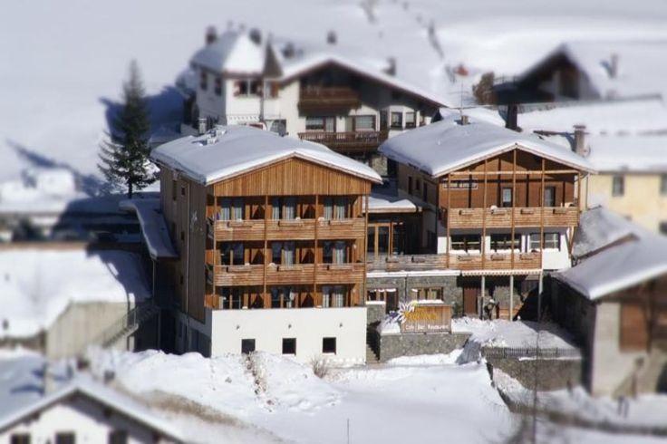 Unser Hotel Edelweiss liegt auf 1700m direkt an den Lanlaufloipen von Schlinig. Neben einem Panoramablick auf die Berge bieten wir ein familiengeführtes Hotel mit traditionellem Restaurant. Buchbar auf www.travelina.ch