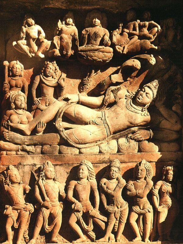 Bas relief  Vishnu Tempel uit de Gupta periode, 500 na Chr. Vishnu is een god die in talloze gedaanten verschijnt. In karakter is hij doorgaans wat milder en vriendelijker dan Shiva.  Vishnu heeft twee rijdieren, de slang Shesha en de vogel Garuda. De slang dient hem als rustbed terwijl de vogel hem door het universum vervoert. Vishnu bewaakt de wereld en hij grijpt in als er iets dreigt mis te gaan. Hij verschijnt dan op aarde in de vorm van een incarnatie.
