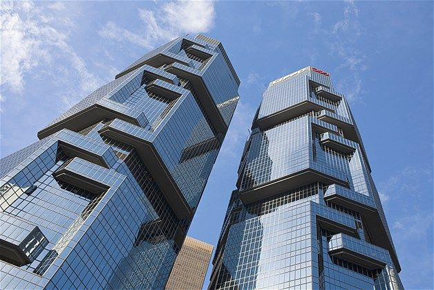 Las torres gemelas del Lippo Centre, Hong Kong, cuyas paredes parecen sugerir a koalas escalando un árbol