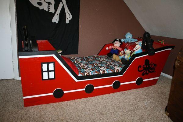 piraten-kinderbett-in-rot-und-schwarz - wie ein schiff erscheinen - Piraten Kinderbett macht so viel Spaß!
