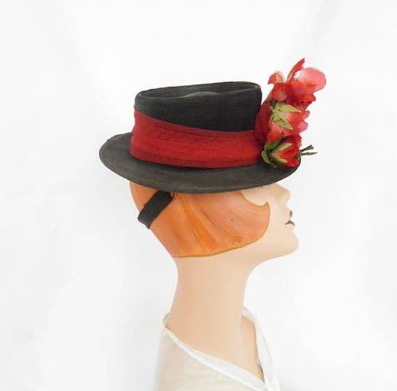 Paja de sombrero, negro de inclinación hacia delante Vintage años 1940 sombrero con rosas rojas, lápida. Corona con sangría del sombrero negro de los años de 1930/1940 está rodeada con tul rojo. Acento de flocado rosas rojas en el centro y el resto en el borde del juguete inclinación sombrero. 4.paddle de cinta del grosgrain negro mantiene el sombrero inclinado hacia adelante y en su lugar. Sombrero de la 2 ª Guerra Mundial era de la mujer es sin forro. -no hay tags o etiquetas en el 30...