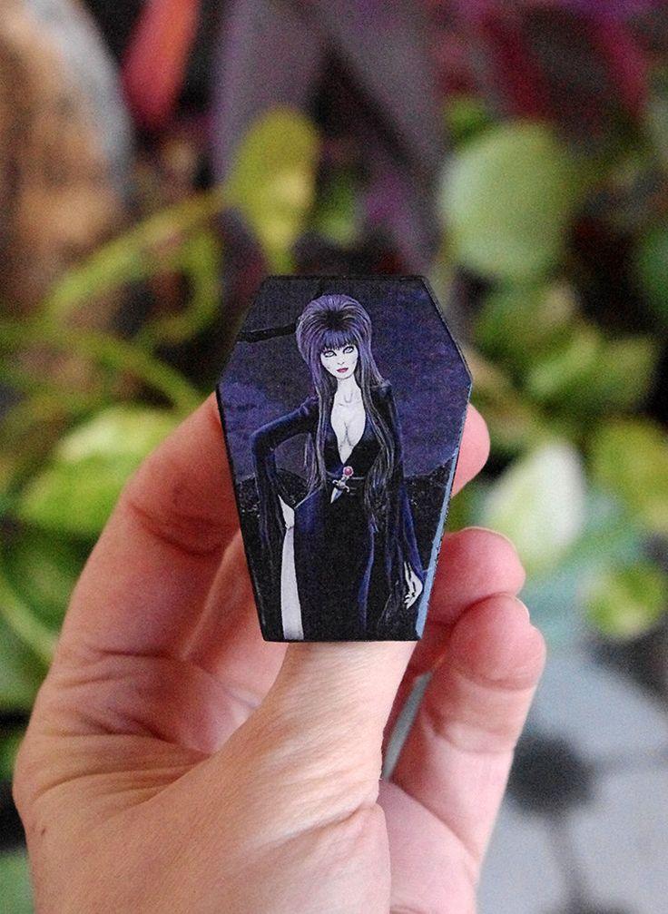 Pin madera Elvira. Broche del personaje interpretado por Cassandra Peterson . Broche ataud con ilustración propia basada en Elvira de Villaoscura en Etsy