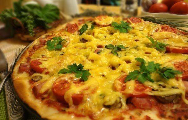 Рецепт тонкой итальянской пиццы.  Время приготовления: 40 минут Порций: 4-6  Вам потребуется:  для тонкого теста: 100 гр. теплой воды; 0,5 ч.л. сухих дрожжей; по 1 чайной ложке сахара и соли; 2 стакана просеянной муки; 1 яйцо; 2 ст. л. оливкового масла.  Для начинки: Томатный соус (100 гр. помидоров, оливковое масло, сухой базилик, орегано, соль, сахар); 100 гр. помидоров; 100 гр. ветчины; 120 гр. сыра; 50 гр. болгарского перца; 100 гр. свежих шампиньонов.  Как готовить:  1. Замесите тесто…