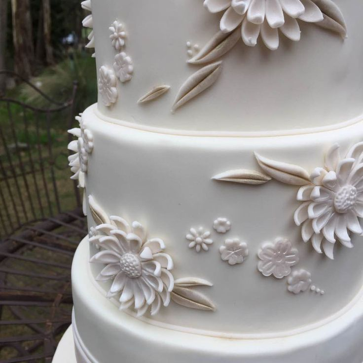 Gerberas in relief ;)  #antiquecake #wedding #weddingcake #whitewedding #rusticwedding @sinclairsgully #adelaide #nortonsummit #gardenweddings