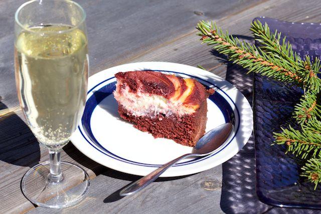 Red velvet cheesecake is perfect for the summer; it can handle logistics and maintains its moistness for days. Red velvet -juustokakku on täydellinen mökkikakku; se kestää logistiikkaa ja säilyttää mehevyytensä päiviä.