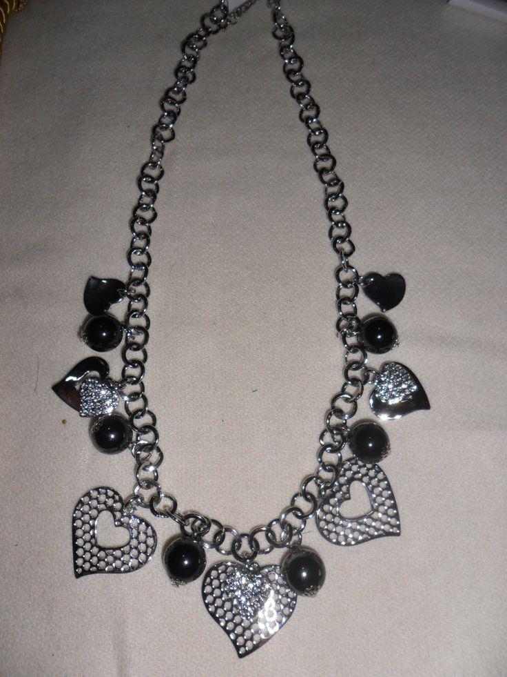 Collana con cuori grandi e cuori piccoli con strass e perle.