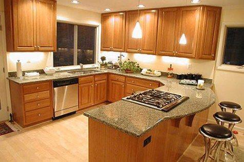 Cocina de madera con encimera de granito gris. Wooden kitchen with grey granite worktop.