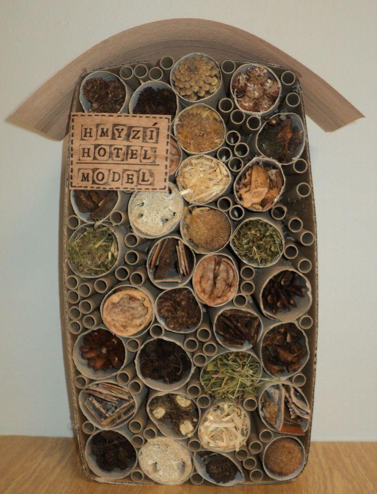 Hmyzí hotel - vyrobili jsme si model z krabice, ruliček, trubiček a přírodnin