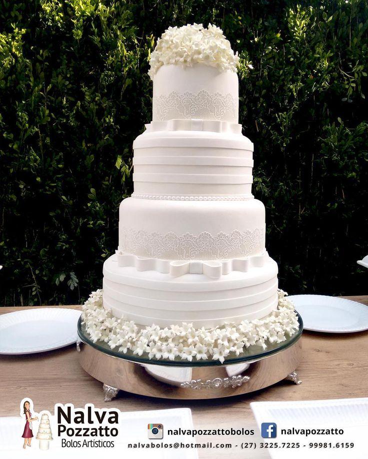 """105 curtidas, 2 comentários - Bolos para Casamentos e Festas (@nalvapozzattobolos) no Instagram: """"O clássico e o contemporâneo juntos neste bolo de casamento enfeitado com uma linda renda e flores.…"""""""