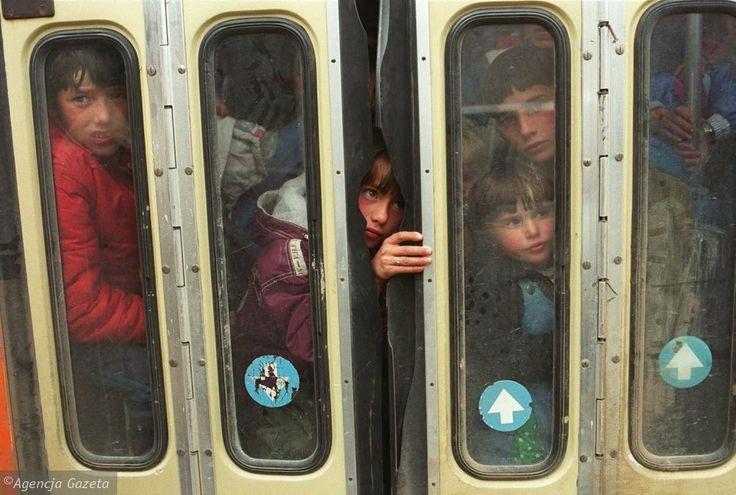 1999 rok, uchodźcy z Kosowa na granicy z Czarnogórą. Konflikt etniczy sprawił, że Kosowa uciekały wówczas tysiące Albańczyków, Serbów, Romów i przedstawiciele innych mniejszości. Tirami i traktorami byli wywożeni do obozu przejściowego