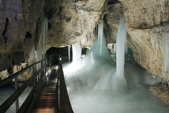 Najnavštevovanejšia dolina Nízkych Tatier ležiaca južne od mesta Liptovský Mikuláš je súčasťou Národného parku Nízke Tatry. Nachádza sa tu najdlhší jaskynný systém na Slovensku (21 km), z ktorého sú verejnosti sprístupnené dve jaskyne:  Demänovská jaskyňa slobody, známa mohutnými sintrovými vodopádmi a stalagmitmi a Demänovská ľadová jaskyňa. Lyžiarom je známa časť Jasná,