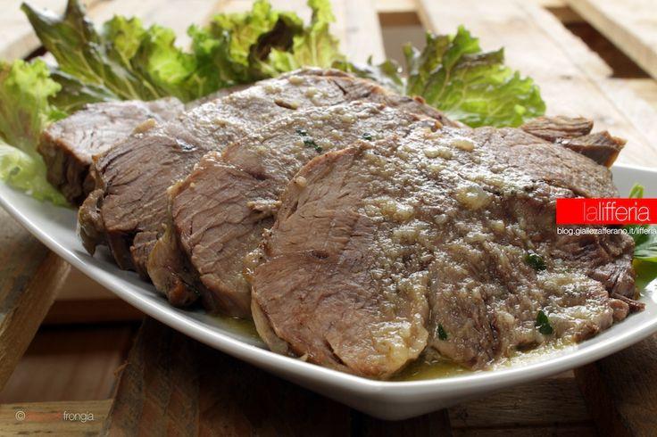 Il vitello all'olio è un secondo saporito e gustoso, che sorprende per la sua morbidezza. Facile da preparare, è una bella ricetta alla portata di tutti.