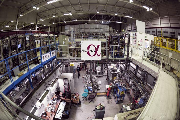 Medir el espectro de antihidrógeno con alta precisión constituye una nueva herramienta extraordinaria para comprobar si la materia se comporta de forma diferente a la antimateria y, por tanto, comprobar la solidez del Modelo Estándar. Crédito:  Maximilien Brice/CERN. La colaboración ALPHA ha anunciado la primera medición del espectro óptico de un átomo de antimateria.