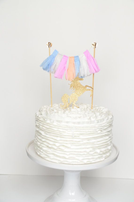 The Unicorn Cake Topper is composed of a gold glitter unicorn and a tassel. Colours : pastel and gold