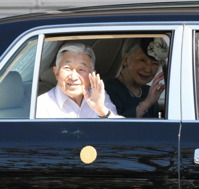 多くの県民から出迎えを受け、笑顔で手を振られる天皇、皇后両陛下=3日午後、国東市の大分空港
