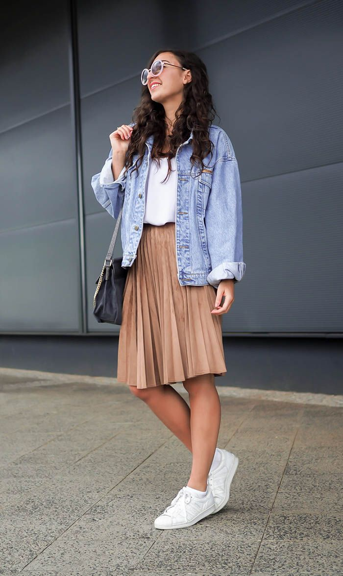 15 Fresh Summer Outfit Ideas To Start Wearing Now Oversized Denim Jacket Outfit Superstar Outfit Oversized Denim Jacket [ 1176 x 700 Pixel ]