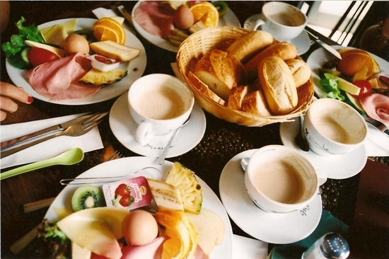 """German Breakfast: des petits pains appelés """"brötchen"""" (seigle, noix, sarrasin), des bretzels (sorte de pain poché dans une solution de bicarbonate de soude, en forme de nœud ou de bras entrelacés et recouvert d'éclats de gros sel) et confiture, œufs à la coque, et éventuellement du fromage et de la charcuterie, côtoient le très germanique müesli. Le tout est servi avec du café au lait, du lait, du thé ou du jus de fruit :)"""