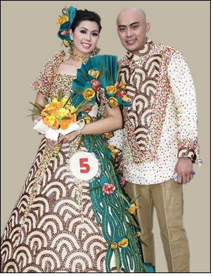 """Baro't Saya + Barong Tagalog-Baro't saya is the unofficial national dress of the Philippines and is worn by women. The name is a contraction of the Tagalog words baro at saya, meaning """"dress (blouse) and skirt""""."""