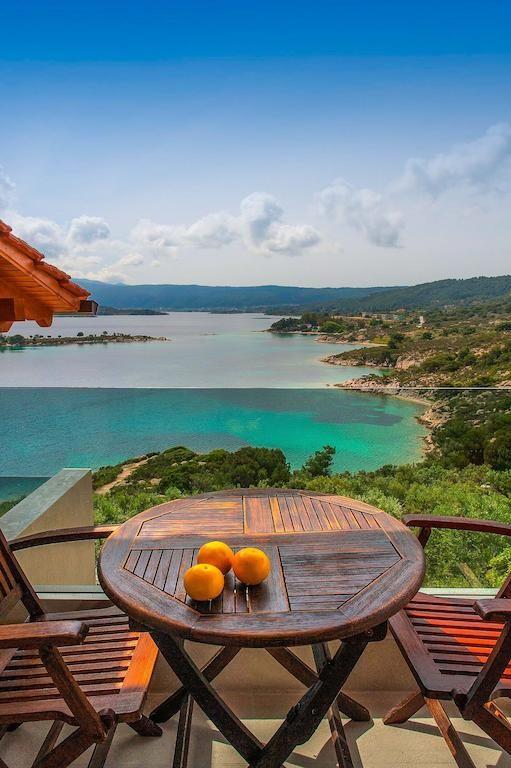 €118,38 Het Thalassokipos is gebouwd in de stijl van een amfitheater en ligt op de flank van een kleine heuvel, die vrij uitzicht biedt over de kleine eilanden...