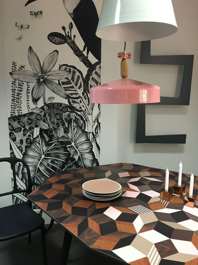 Déco florale aux murs et mobilier design original