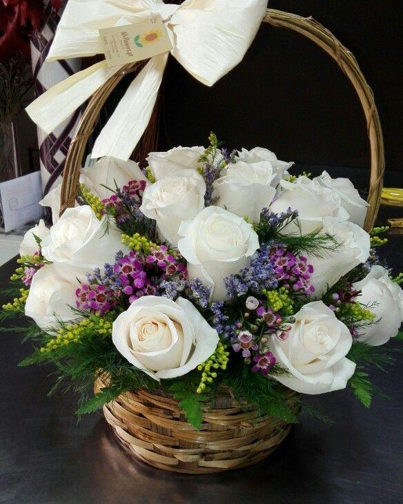 """Rosas brancas em cesto para felicitar o nascimento de um """"Príncipe"""""""