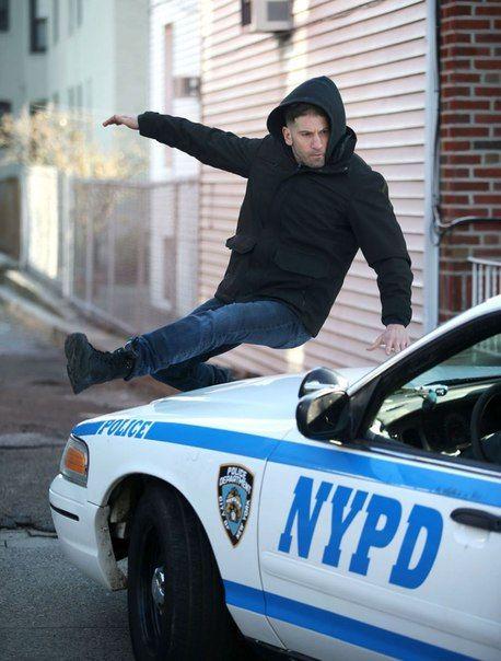 В Нью-Йорке продолжаются съемки супергеройского сериала Netflix «Каратель» из киновселенной Марвел, и в Сеть просочились новые фото со съемочной площадки.