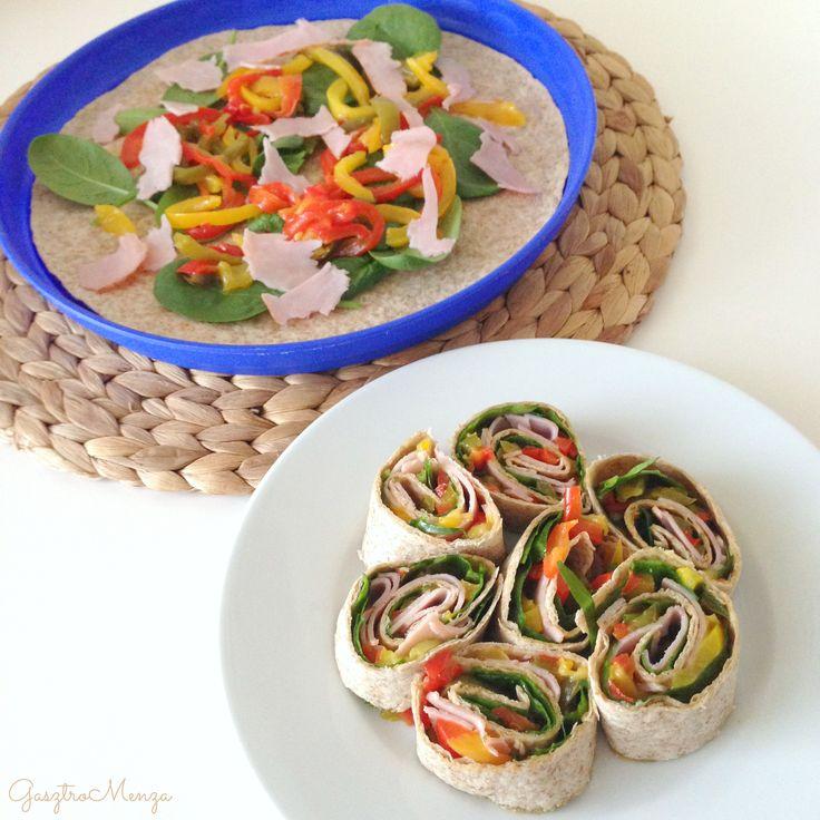 Vendégváró falatoknak vagy salátával kiegészítve előételnek is tökéletes.  Hozzávalók kb. 15 falatkához: 2 teljes kiőrlésű wrap/tortillalap2 kisebb kaliforniai paprika (különböző színűekkel fokozhatod a látványt)4 szelet csirkemell sonka1 marék bébispenótolívaolajsó,…