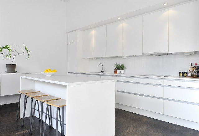Love this clean and white/bright kitchen.