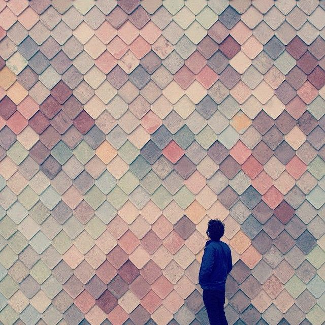 Trend ☆ Met deze speelse gevelbekleding – een kleurrijke huid van met de hand gemaakte, betonnen schubben – hinten de architecten van Assemble op het creatieve gebruik van dit ateliergebouw in Londen. Zo krijgen harde materialen een lekkere, zachte uitstraling. Zelfs beton. #nieuw #architectuurnummer #juneissue #kioskcandy #material