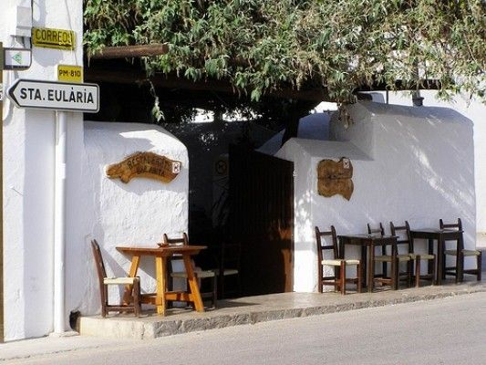 Restaurante Bar Anita, en San Carlos, un lugar de culto en la isla de Ibiza donde comer tapas caseras, menú del día y probar las auténticas hierbas ibicencas