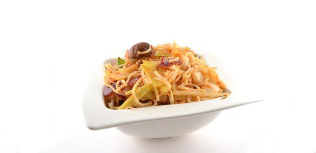 Dit recept voor Oosterse wokgroente met noedels is een super simpel, mega snel en erg lekker recept voor een heerlijk gerecht. De umami paste is de truc.