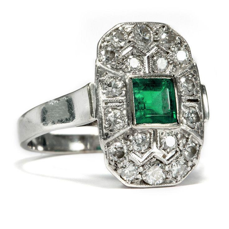 phantastic Whitegold Art Déco Ring in Diamonds and Emerald, ca. 1925 • Hofer Antikschmuck