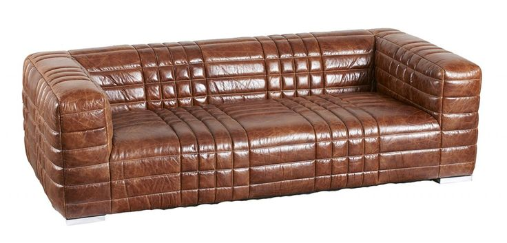 Il modello DB003032 di Dialma Brown ha una linea essenziale e compatta che lo rende facile da ambientare: è reso unico dalle cuciture a vista che ne decorano la superficie e dalla raffinata colorazione caramello. Misura L 235 x P 110 x H 67 cm