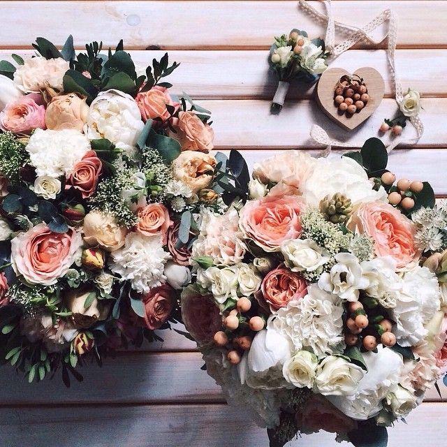 Персиковые пионовидные розы, белые пионы и нежные ягодки гиперикума на первых ролях в этих букетах