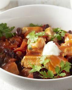 Dit stoofpotje doet wat aan chili con carne denken, maar dan in een lichtere versie met kip en voedzame quinoa.