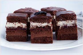 Ciasto czekoladowe z kremem i warstwą malinową