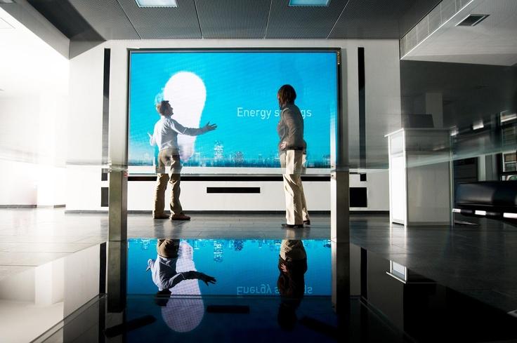 Merck사 건물에 설치된 OLED 전광판