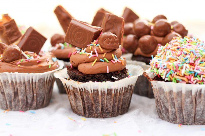 Chokladmuffins med frosting & godis