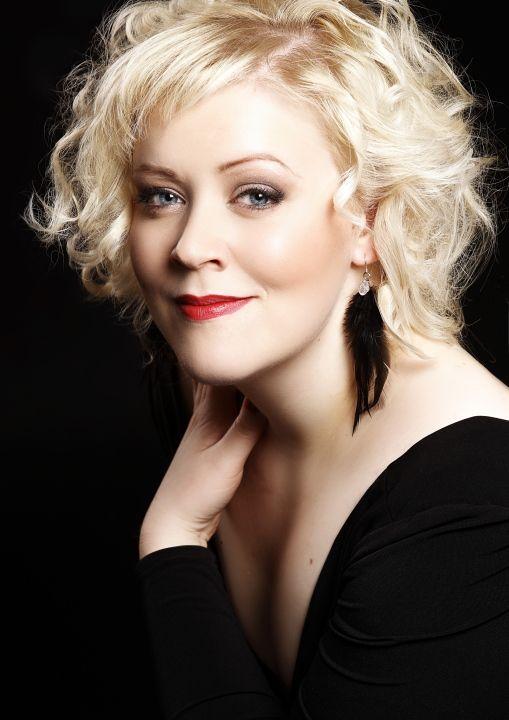 Miina-Liisa Värelä  Oopperalaulaja ja musiikin maisteri.
