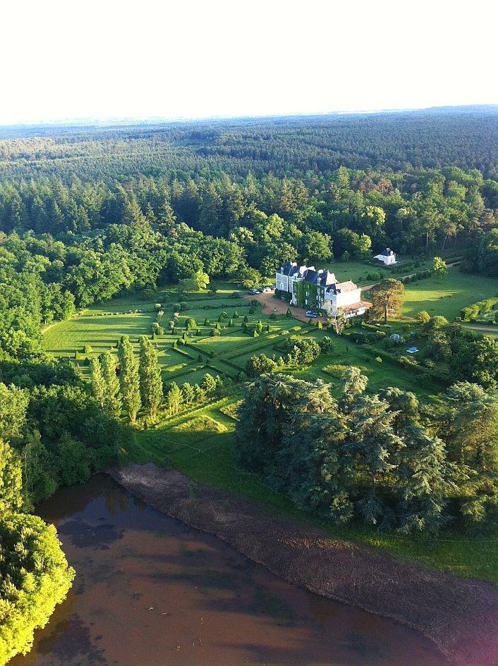 Le #chateau de Chambiers vu du ciel ! #anjou #jardin   http://www.chateauchambiers.com/home/localisation-itineraires-maison-hotes-durtal-angers/