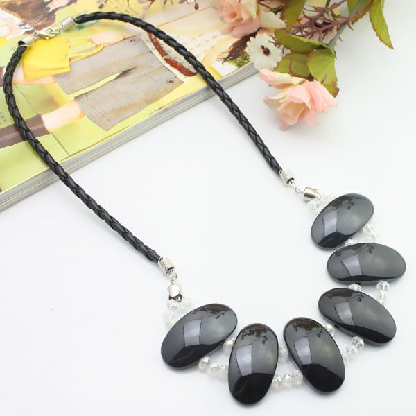 Cuir noir + acrylique + collier en cristal